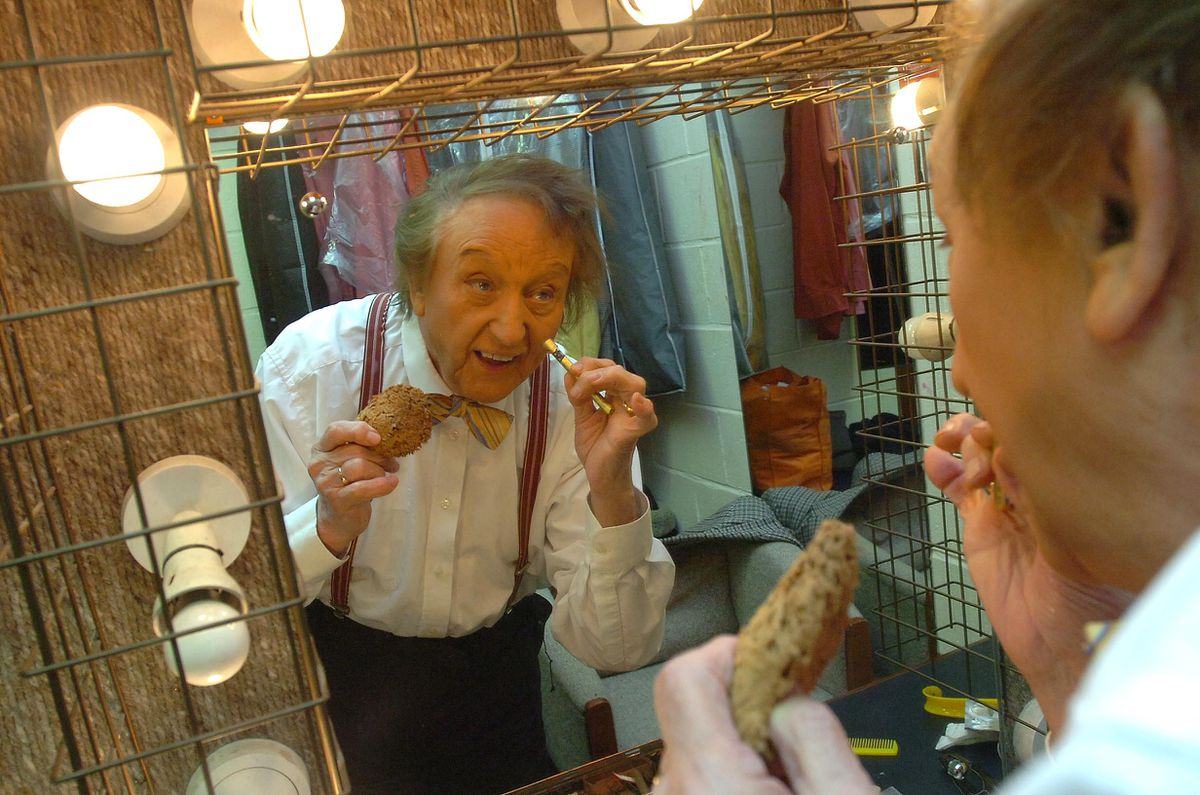 Ken Dodd di Teater Prince of Wales di Cannock pada tahun 2010
