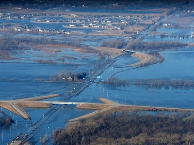 Hundreds of US homes flooded as rivers breach levees