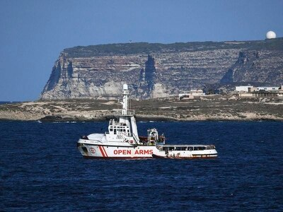Charity suggests using plane to resolve migrant boat standoff