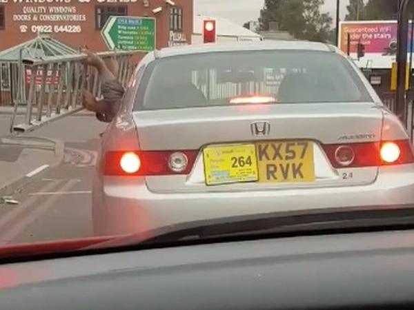 'Foolish' Uber driver's licence suspended after passenger holds ladder outside window