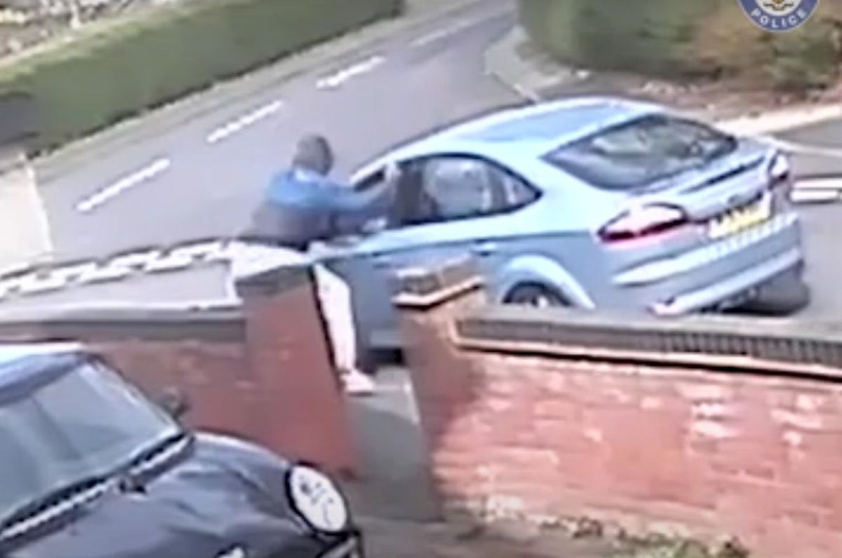 The knifeman stabbed the car passenger through the window