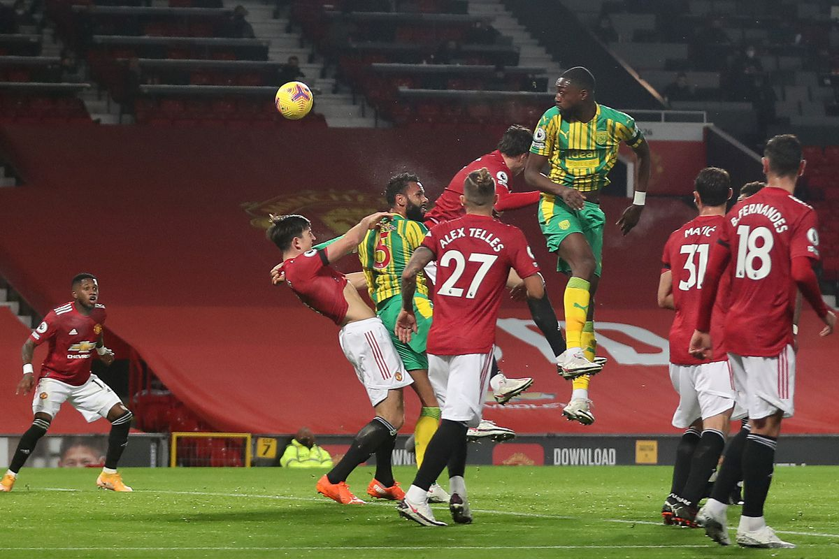 Semi Ajayi of West Bromwich Albion heads narrowly over the bar. (AMA)