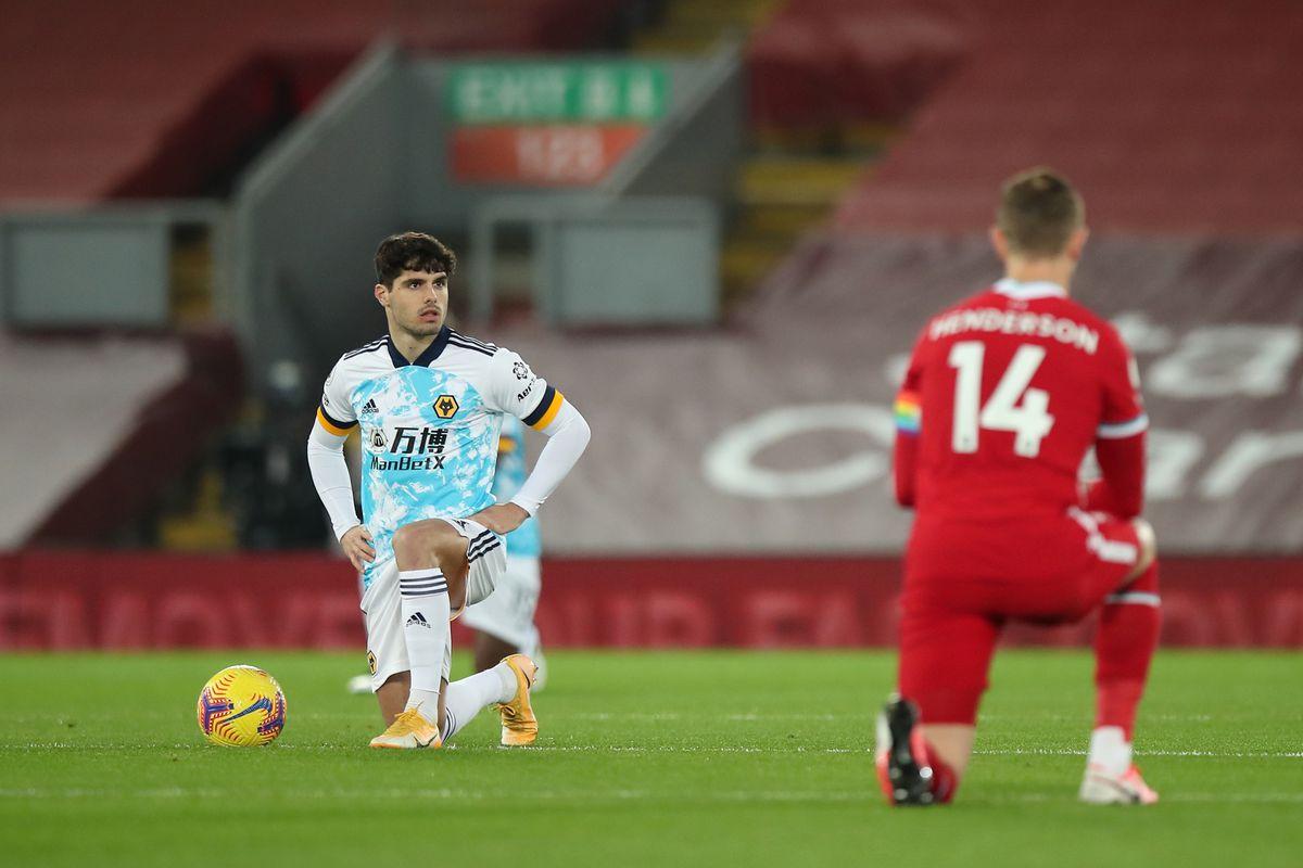 Players take the knee before kick off. (AMA)