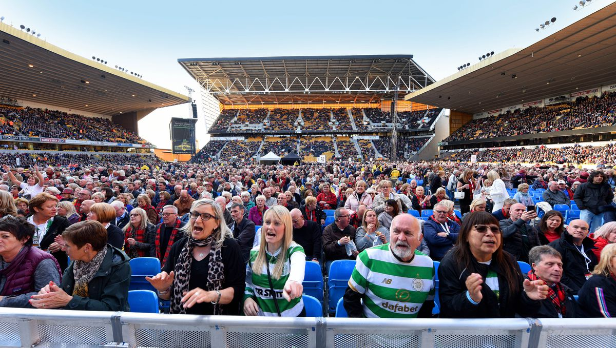 Thousands of fans pack into Molineux for Sir Rod's show
