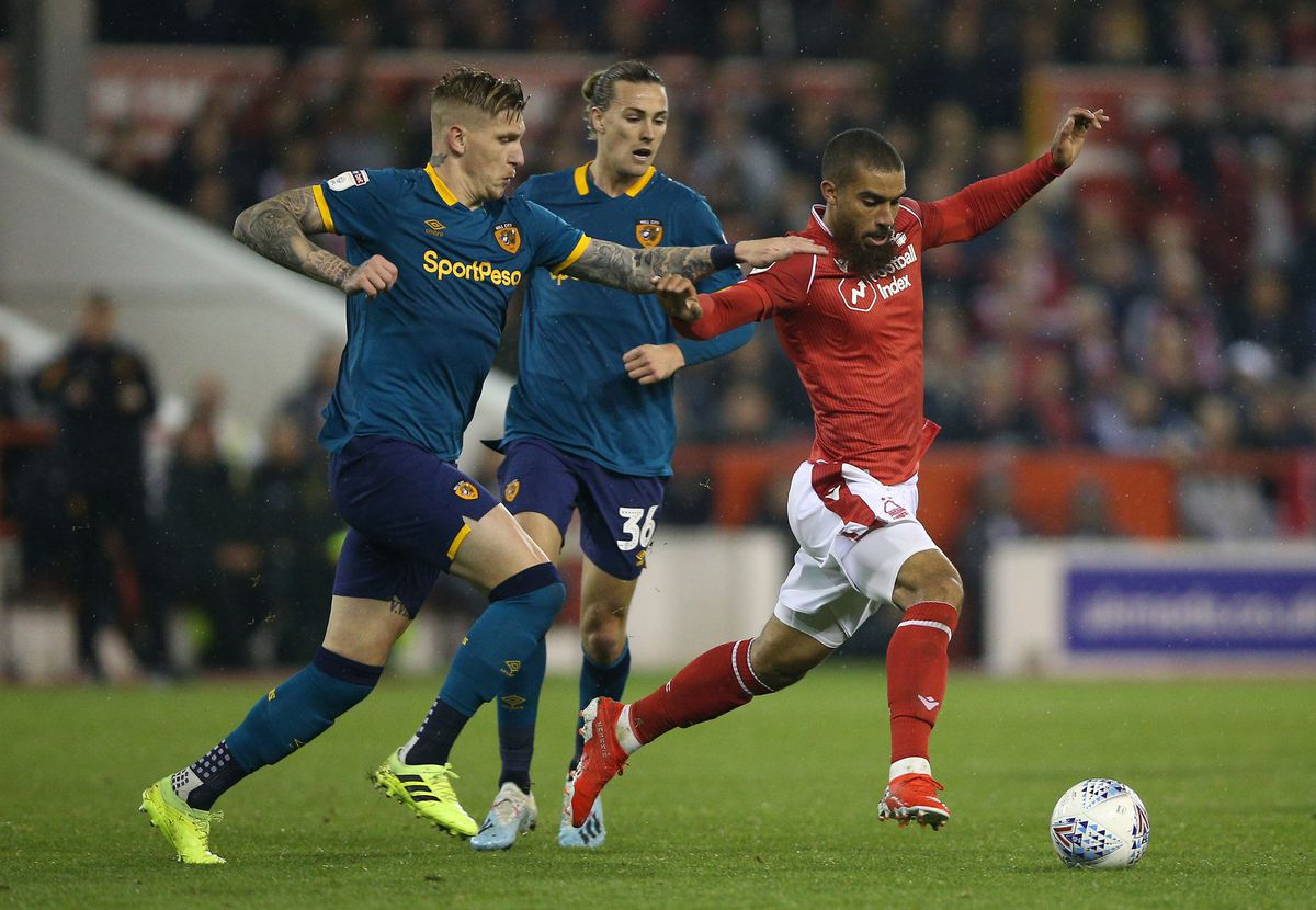 Nottingham Forest's Lewis Grabban (right) and Hull City's Jordy de Wijs battle for the ball