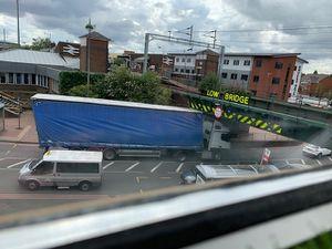 The trapped vehicle. Photo: @MasterMonkeyMon