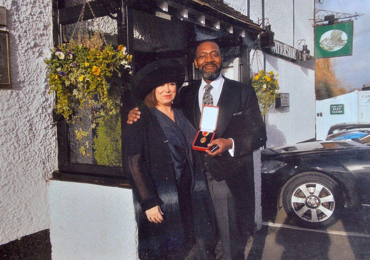 Sir Lenny Henry con su compañera Lisa Makin después de recibir su título de caballero en 2015