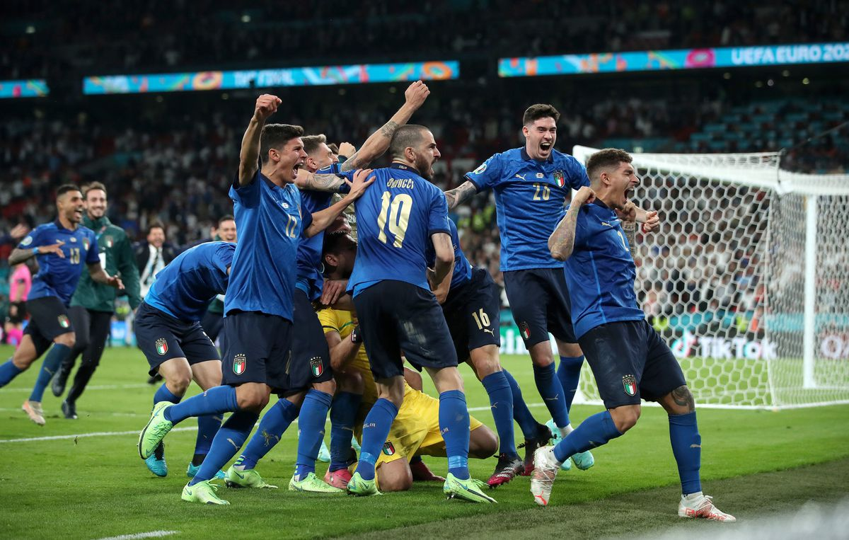 Italy players celebrate winning the penalty shoot-out after the UEFA Euro 2020 Final
