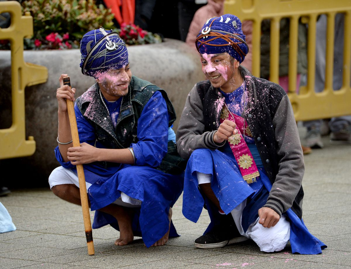 Two Gatka practitioners take a break between matches