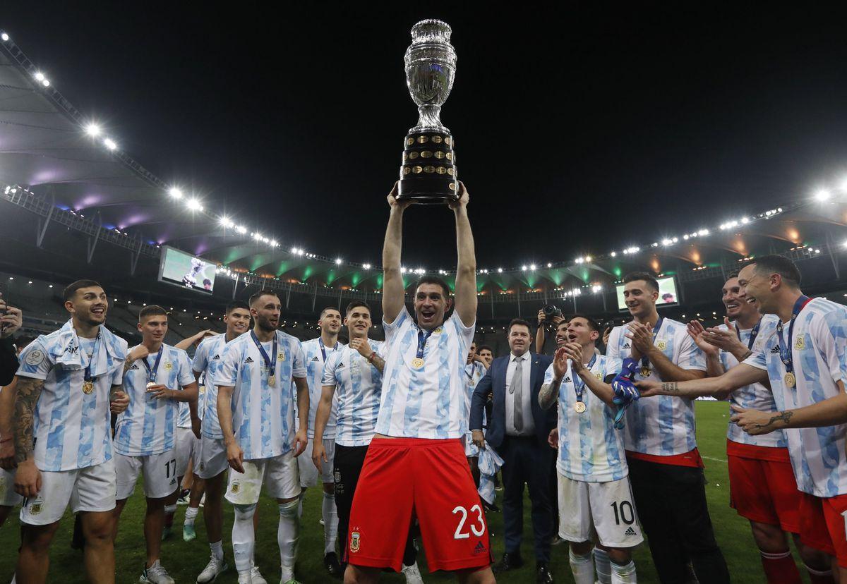 Argentina's goalkeeper Emiliano Martinez hoists the trophy after beating Brazil 1-0 in Copa America final soccer match at the Maracana stadium in Rio de Janeiro, Brazil, Saturday, July 10, 2021. (AP Photo/Bruna Prado).