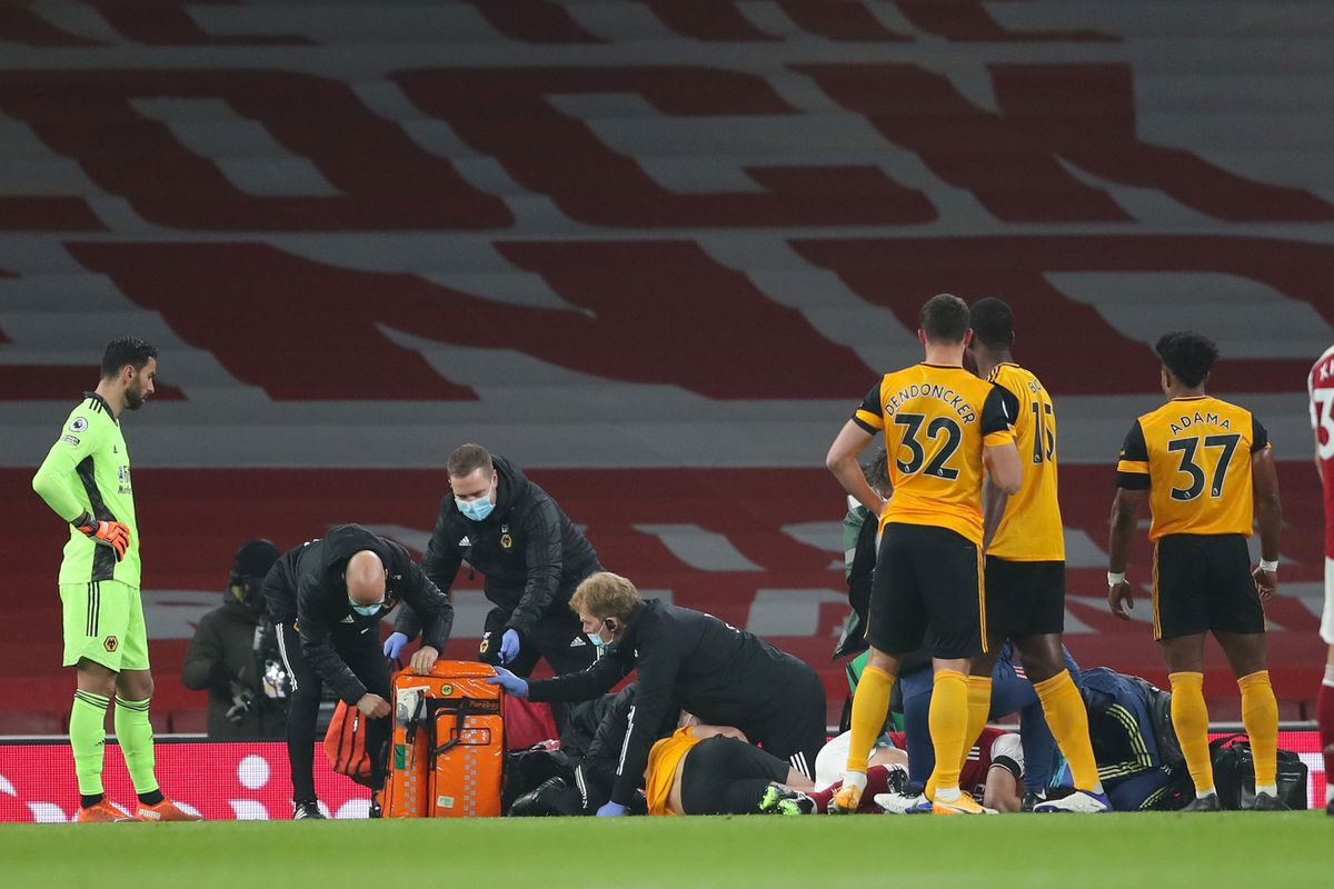 Raul Jimenez of Wolverhampton Wanderers and David Luiz of Arsenal receive treatment after a clash of heads (AMA)