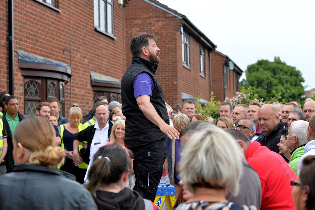 Nick Knowles offers his thanks to the team