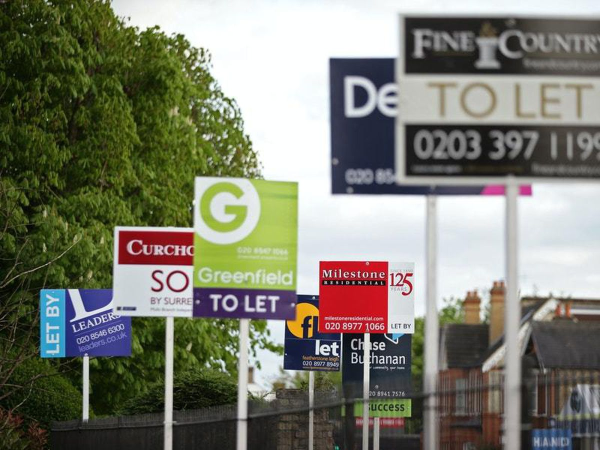 Letting agent signs (Yui Mok/PA)
