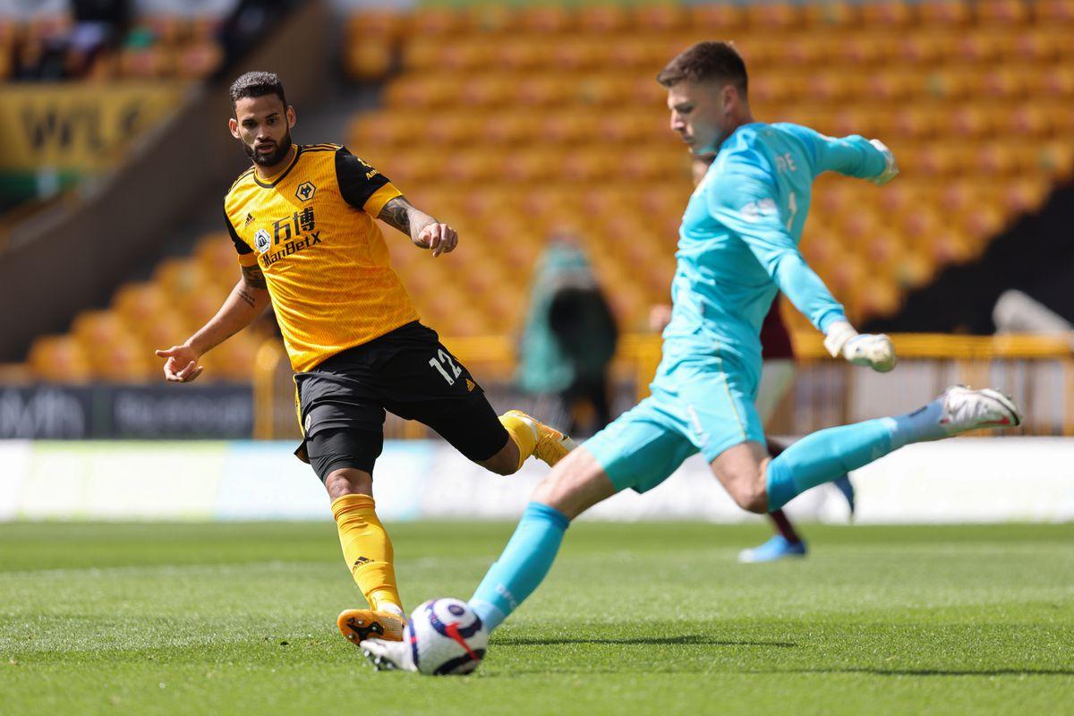 Willian Jose of Wolverhampton Wanderers closes down Nick Pope of Burnley. (AMA)