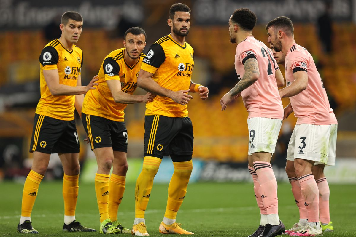 Players of Wolverhampton Wanderers are marked by Sheffield United players (AMA)