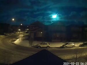Doorbell cameras capture bright fireball lighting up sky over Canada