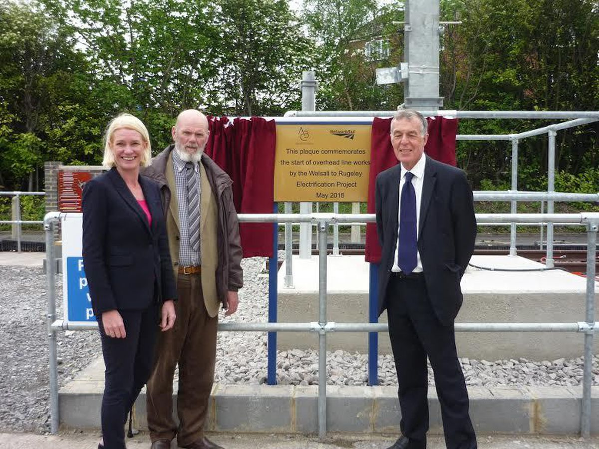 Gordon Alcott with Amanda Milling MP and council leader George Adamson unveiling a commemorative plaque