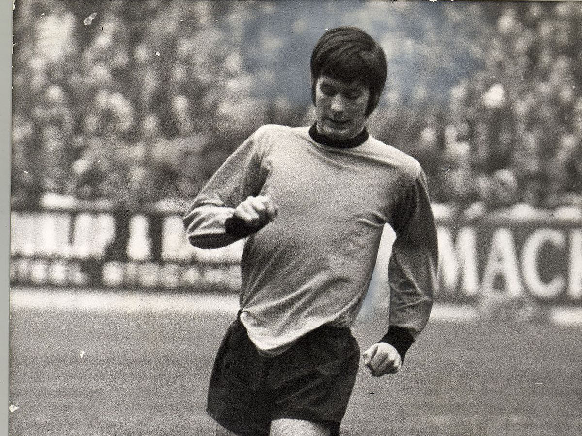 Former Wolves star Jim McCalliog will be signing his book in Bilston this weekend