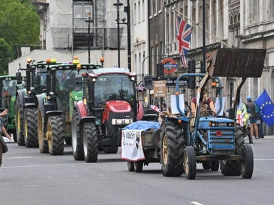 Tractors in go-slow protest outside Parliament