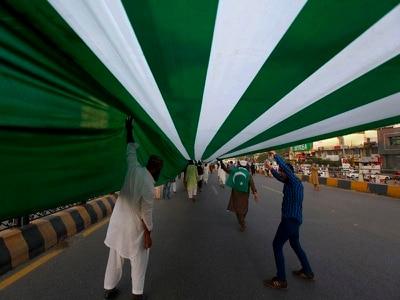 Pakistanis hoist three-mile Kashmir flag in solidarity march