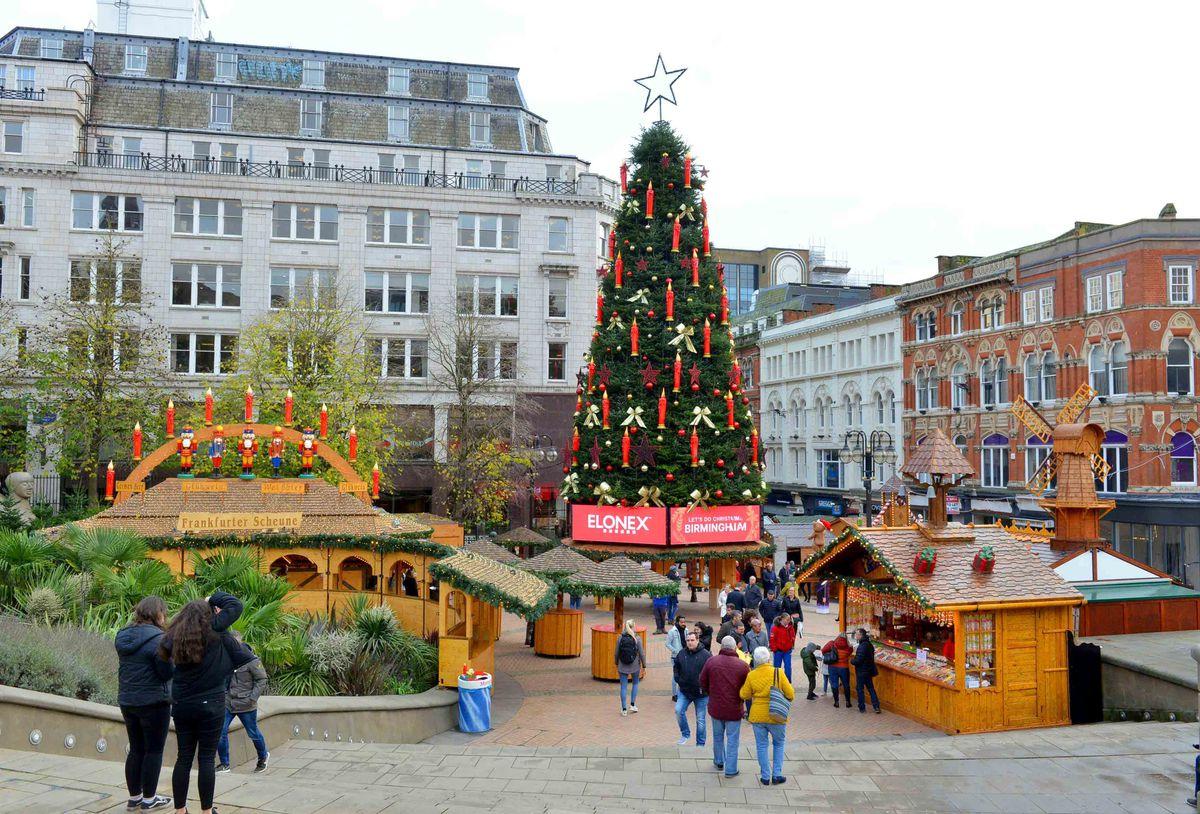 The new tree dominating the Frankfurt Christmas Market