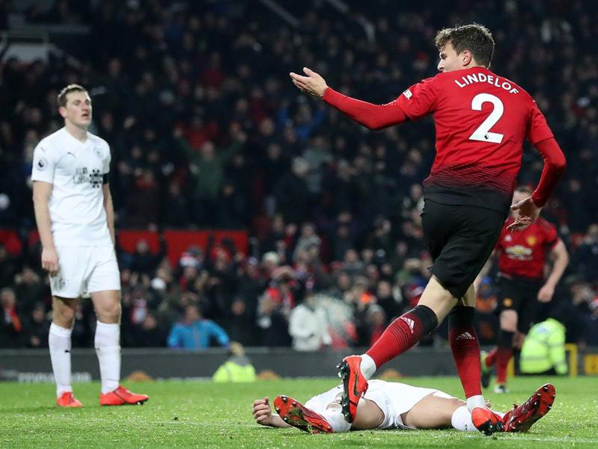 Victor Lindelof leaves it late to rescue draw for ...