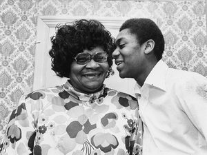 ES63611@lenny henry Dudley born comedian Lenny Henry with his mum Winifred Henry.