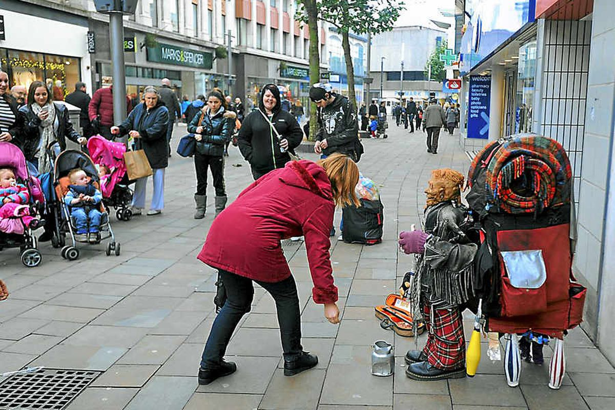 Busker draws in the crowds in Wolverhampton city centre