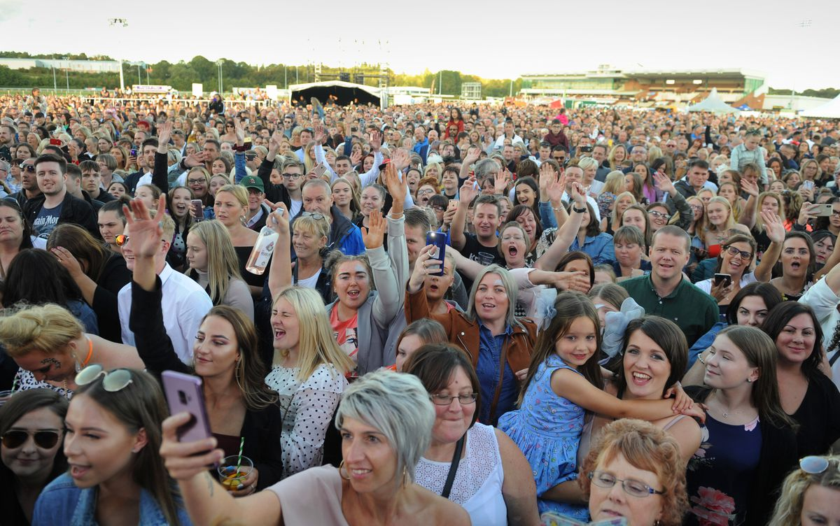 Crowds at the racecourse for Jess Glynne in 2019