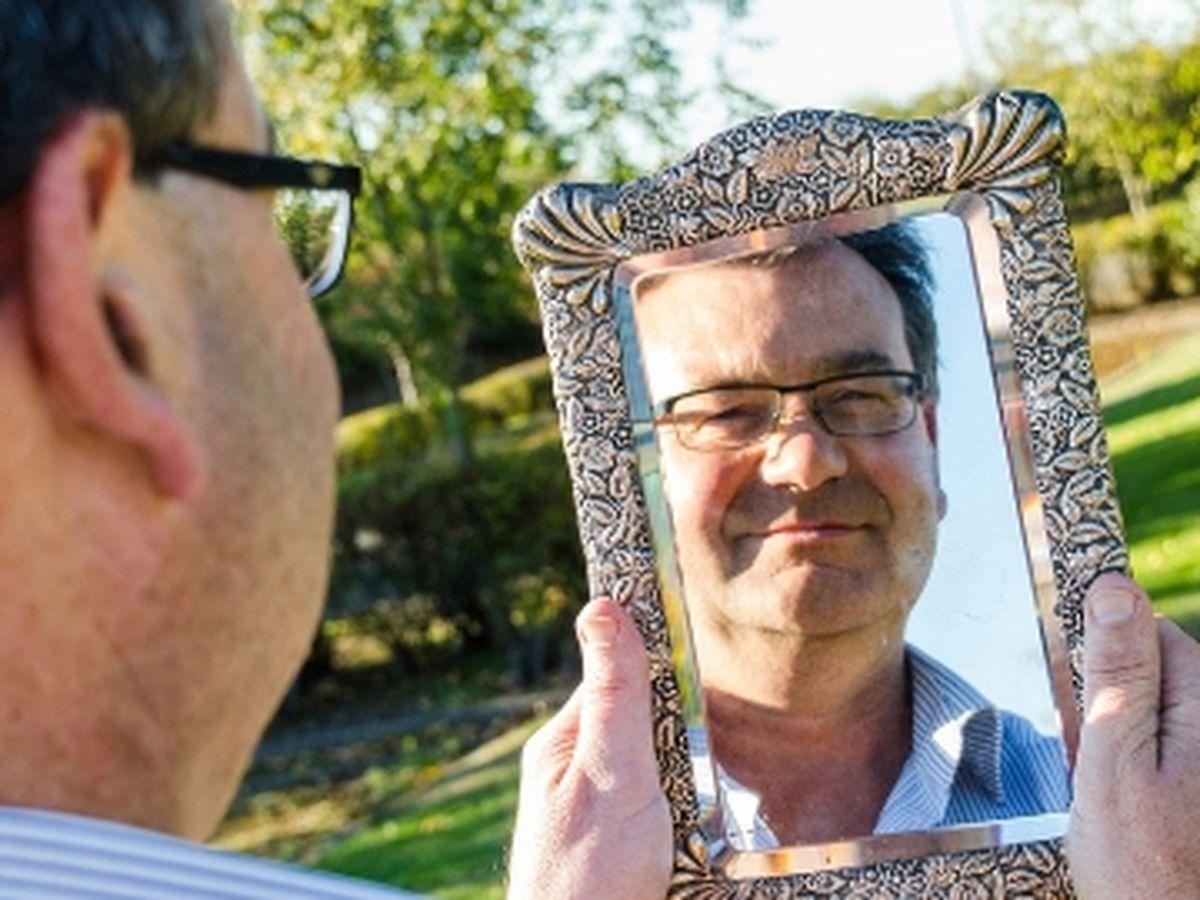Richard Winterton looking into the mirror