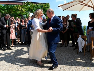 Putin dances at wedding of Austria's foreign minister