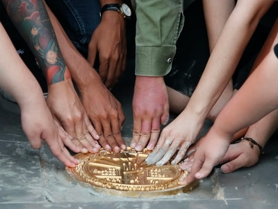 Thai protesters reinstall democracy plaque