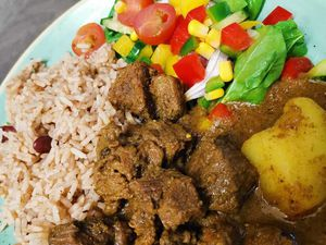 Oxtail stew with rice and salad