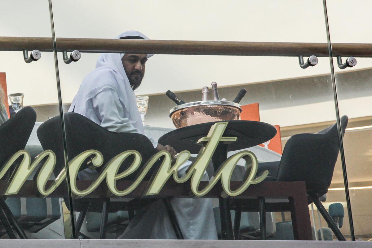 تم تغيير اسم المحطة إلى مطار أبو ظبي كجزء من تصوير المهمة المستحيلة 7.  الصورة: Snapper SK