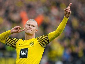 Erling Haaland celebrates scoring a penalty against Mainz