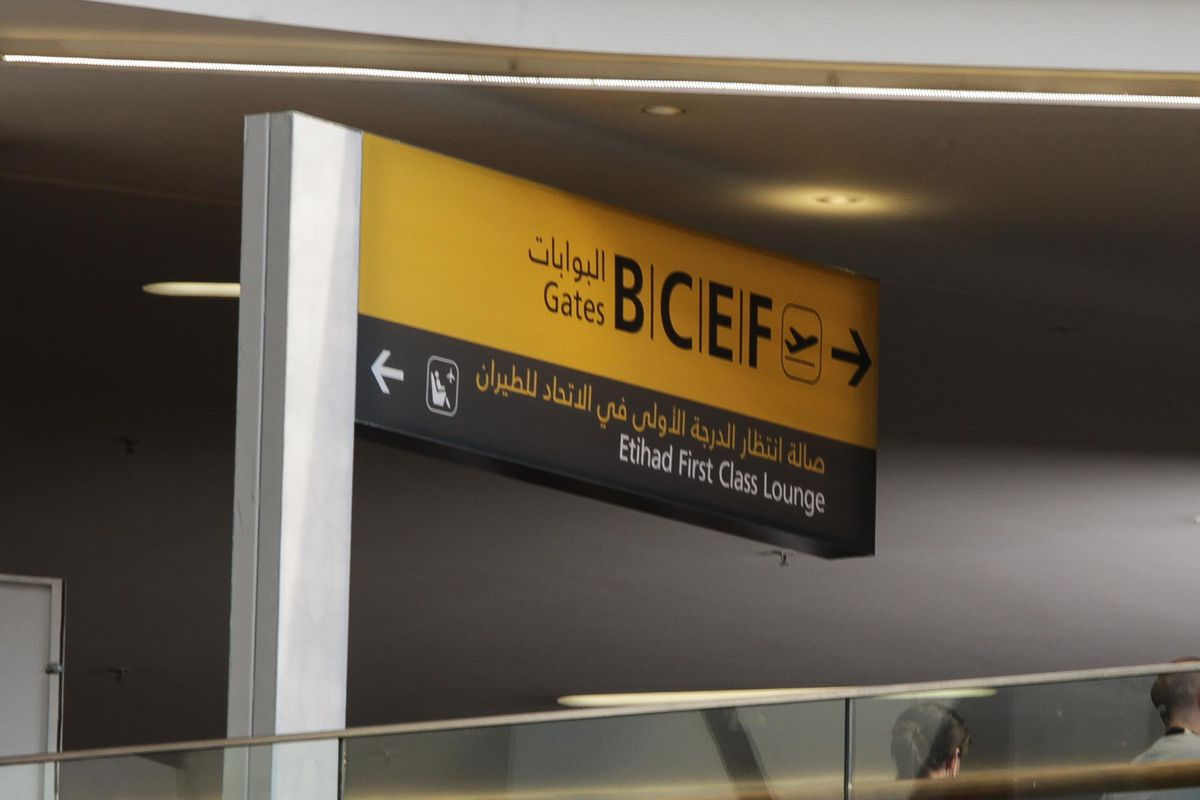 تم وضع لافتات ومؤثرات أخرى لتمثيل مطار أبوظبي.  الصورة: Snapper SK