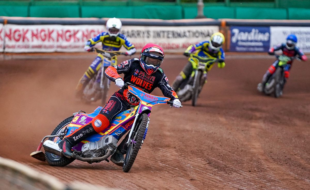 Rory Schlein leads for Wolves (Photo Paul Rose)
