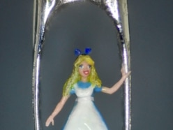 Micro sculptor Willard Wigan creates mini Alice in Wonderland