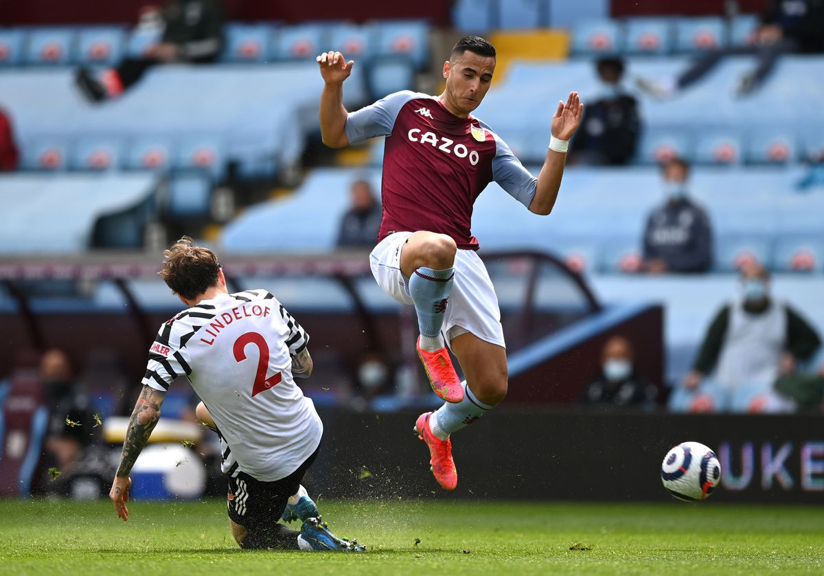Aston Villa's Anwar El Ghazi (right) and Manchester United's Victor Lindelof battle for the ball