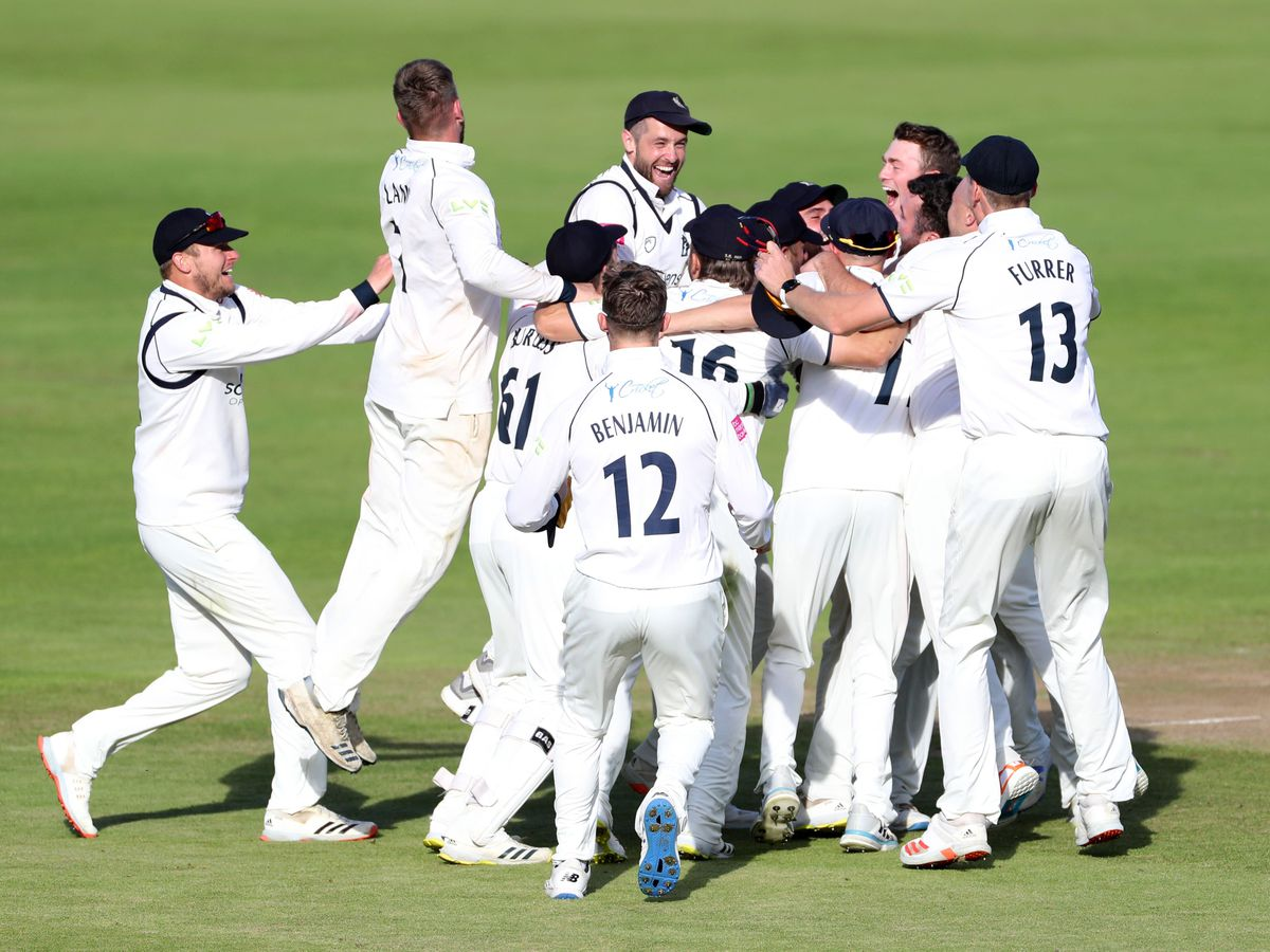 Warwickshire finished off Somerset in ruthless fashion to claim the LV= Insurance County Championship and pip Lancashire to the title on the final day of the season