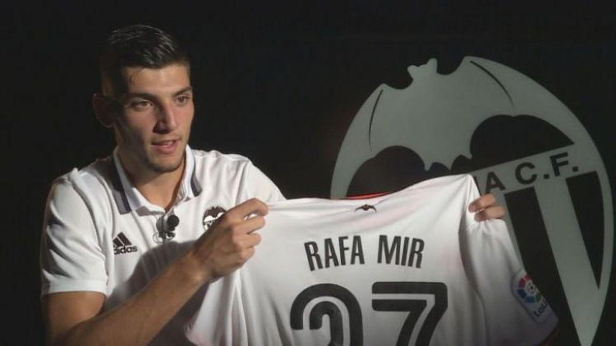 Valencia forward Rafa Mir (pic from Valencia CF Twitter)