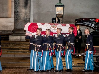 Danes turn out to bid farewell to Prince Henrik