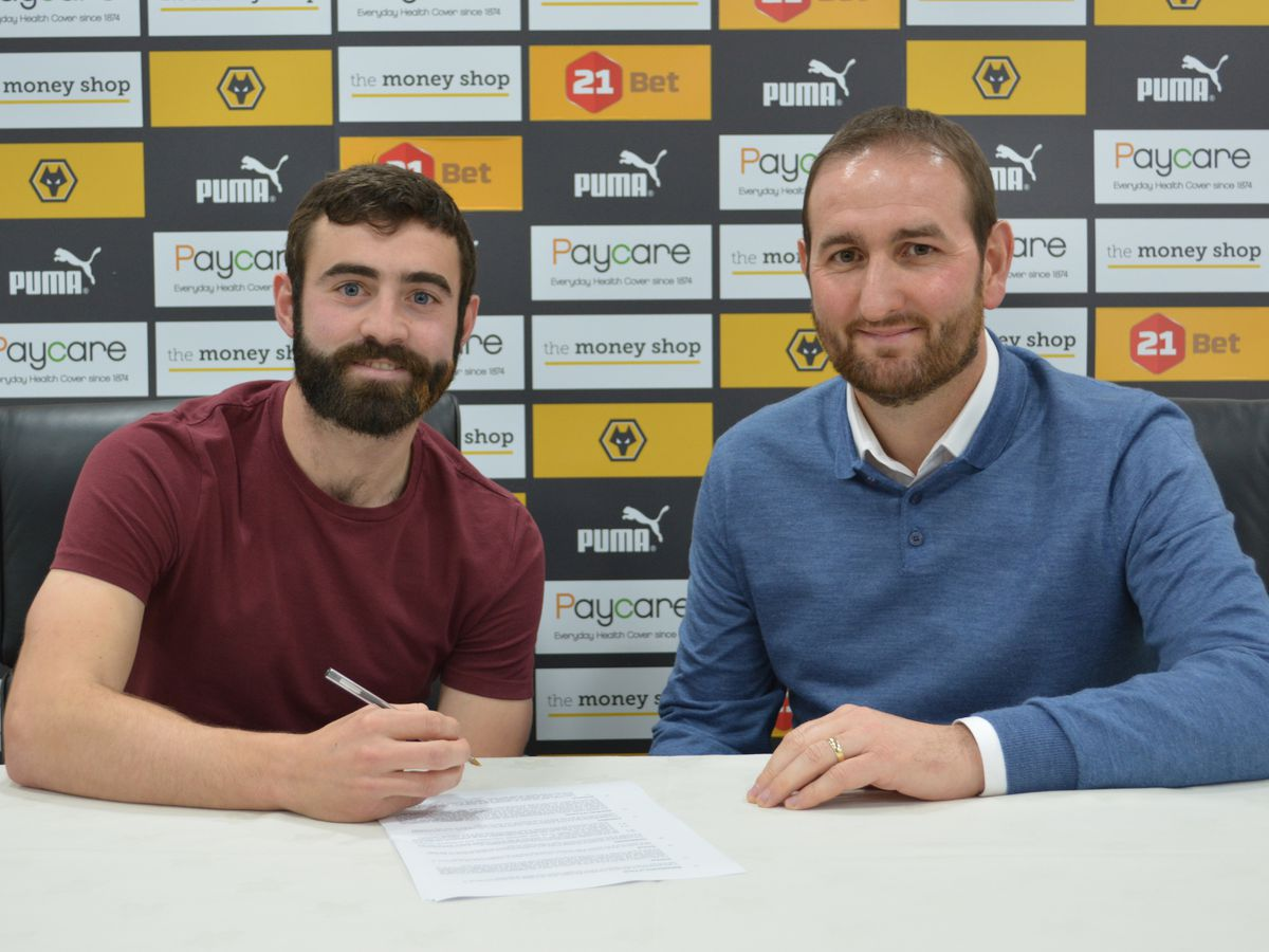 Jack Price signs his new deal alongside sporting director Kevin Thelwell (©Wolves)