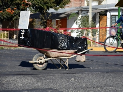 Coffin left out in street in protest by Bolivian family bereaved by Covid-19