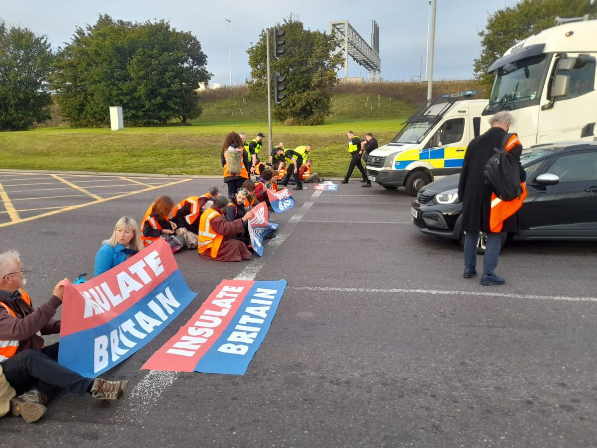 Protesters from Insulate Britain blocking the M25