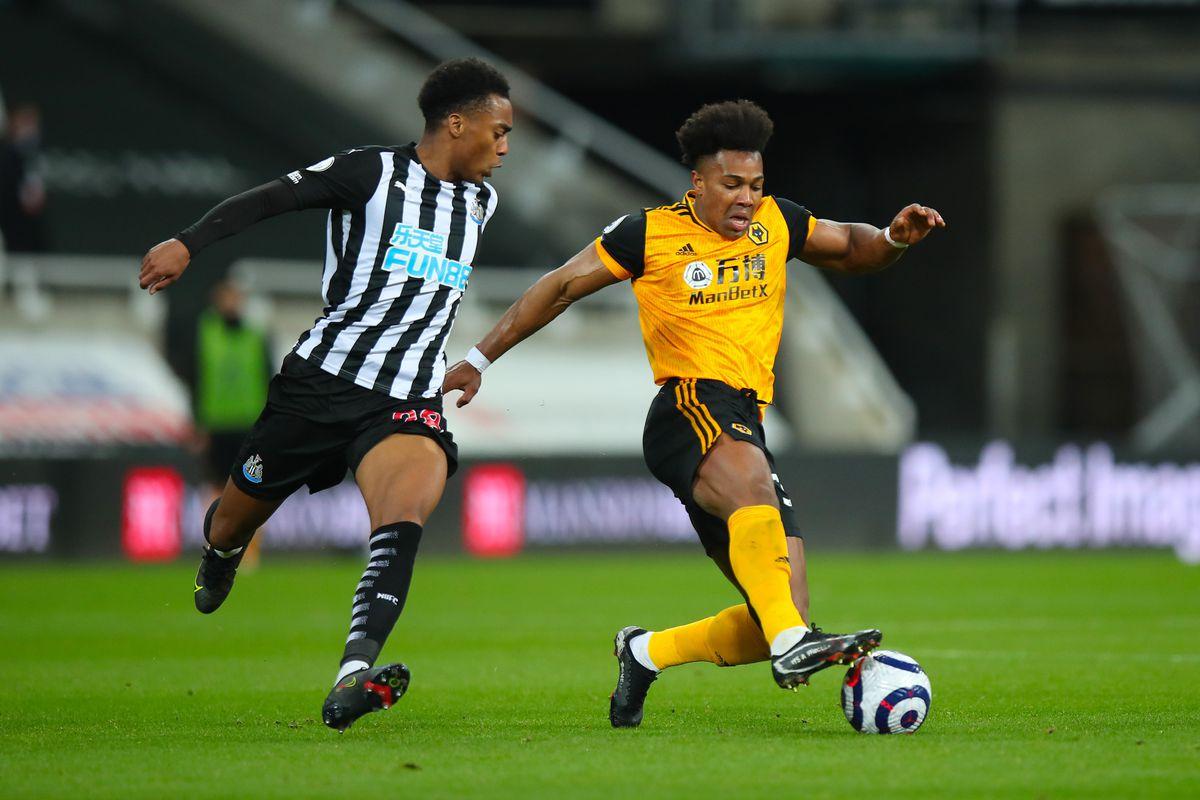 Joe Willock of Newcastle United and Adama Traore of Wolverhampton Wanderers. (AMA)