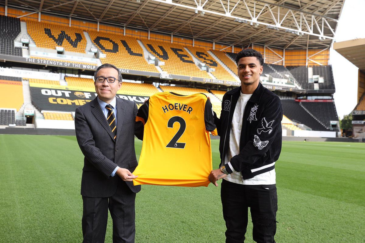 Wolves' new signing Ki-Jana Hoever with chairman Jeff Shi (Photo: Wolves)