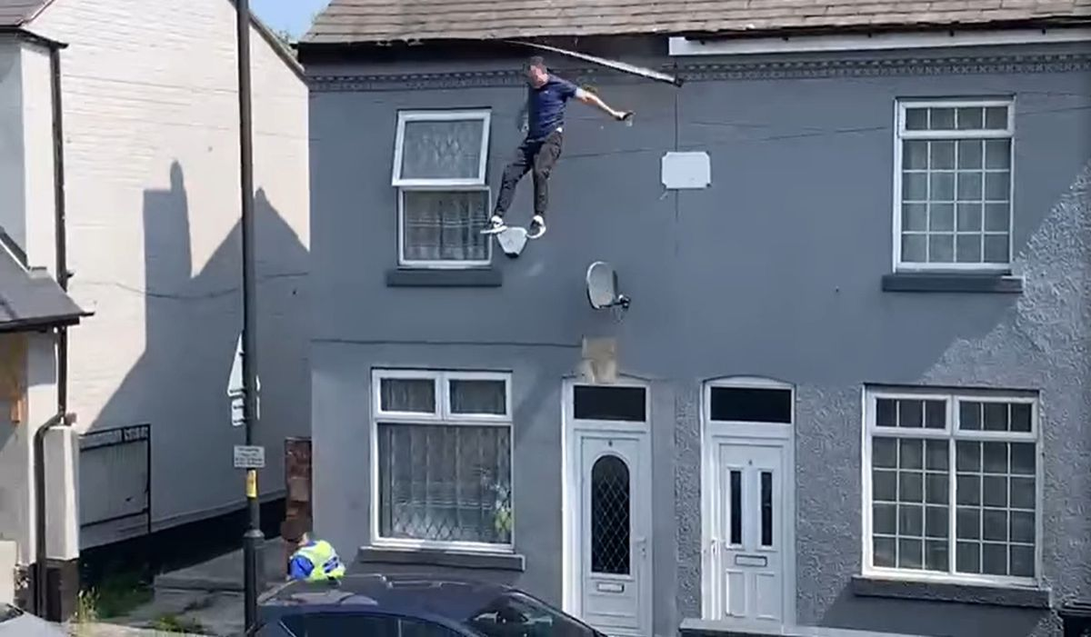 The moment the man fell from the roof. Photo: Arviee Arrowsmith/Facebook
