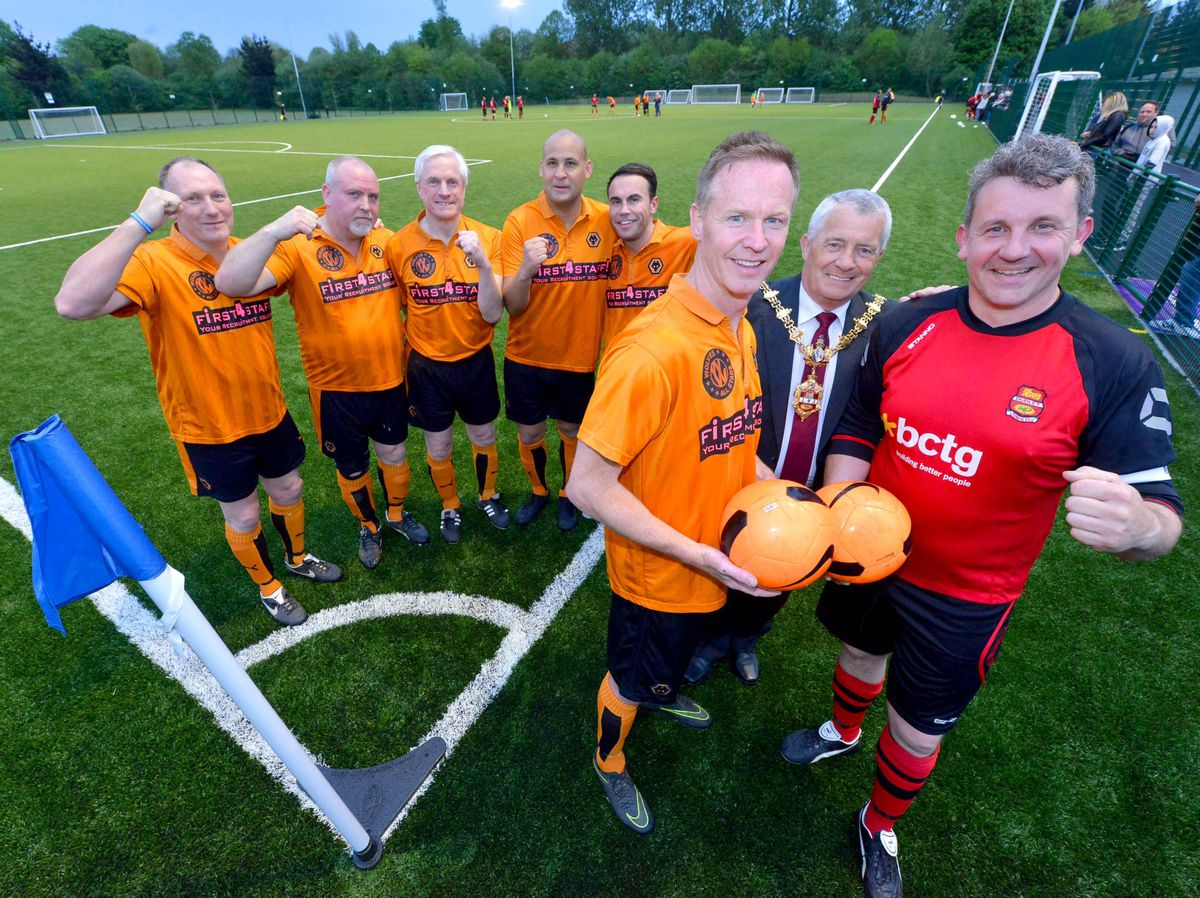 Jody Craddock, Mayor Dave Tyler and Pete Thompson (front) with Wolves players Paul Jones, Colin Taylor, Mel Eves, Nigel Quasie and Shane Taylor